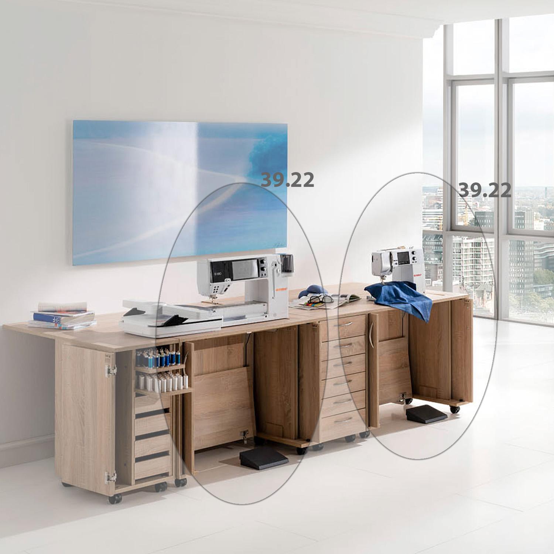 Eine Kombination aus zwei Nähmöbeln und und zwei Schubladen-Rollcontainern sorgen für einen übersichtlichen Arbeitsplatz.