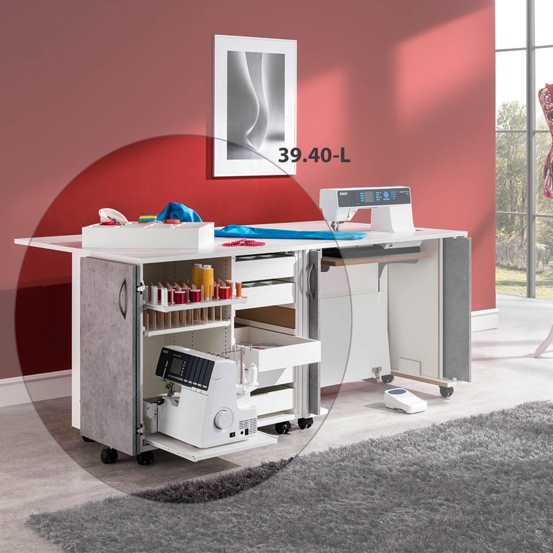 Die praktische Kombination aus dem Nähzubehör-Rollschrank EXTEND und dem Nähmöbel bieten viel Platz zum Arbeiten.